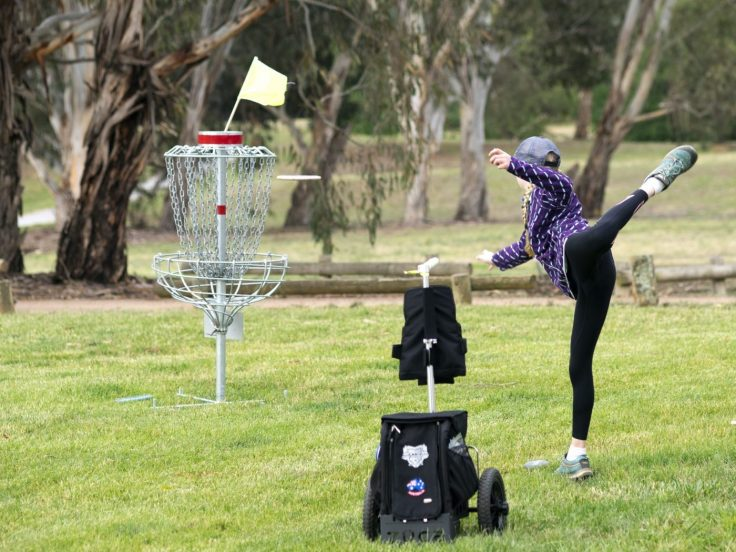 Evelyn putting on hole 25 at Weston Park during the Australian Disc Golf Championships