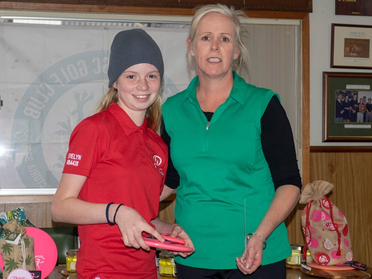 Evelyn-receiving-her-trophy from TD Toosje Frequin